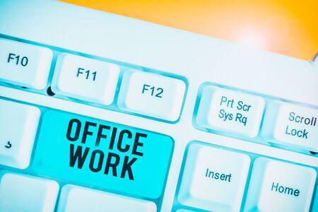 显示办公室工作的概念性手写。白色电脑键盘,白色背景上方是便笺纸