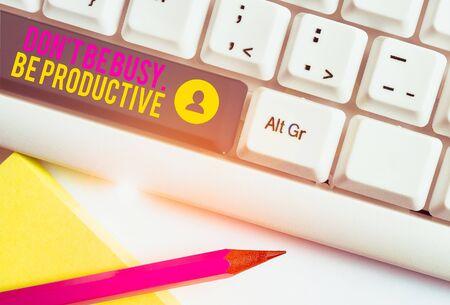 Znak tekstowy pokazujący Don T Be Busy Be Productive. Biznesowy tekst fotograficzny Pracuj wydajnie Zorganizuj swój harmonogram Biała klawiatura komputera z pustym papierem do notatek nad białym tłem miejsca kopiowania klawiszy