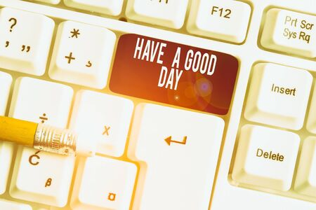 Signe texte montrant passez une bonne journée. Texte photo d'entreprise Geste gentil souhaits positifs Salutation Profitez d'être heureux Clavier pc blanc avec papier vide au-dessus de l'espace de copie de la clé de fond blanc Banque d'images