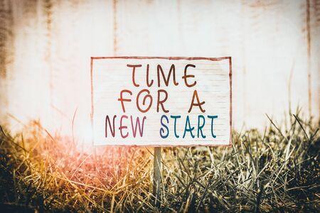 Signe texte montrant l'heure d'un nouveau départ. Texte photo d'entreprise Faites confiance à la magie de Beginnings Anew Rebirth Papier froissé attaché à un bâton et placé dans le vert des terres herbeuses