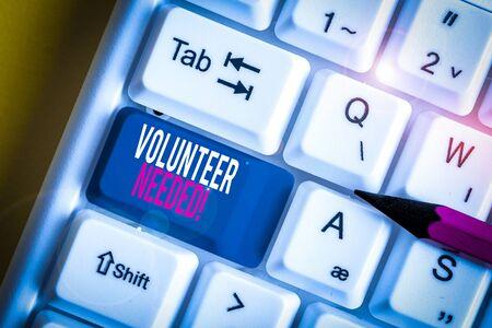 Wort schreiben Text Freiwilliger benötigt. Geschäftsfoto mit der Bitte, für die Organisation zu arbeiten, ohne bezahlt zu werden Weiße PC-Tastatur mit leerem Notizpapier über weißem Hintergrund-Tastenkopierraum