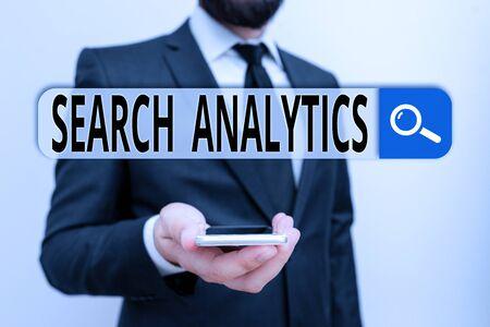 Nota de redacción que muestra el análisis de búsqueda. Concepto de negocio para investigar interacciones particulares entre los buscadores web Traje de trabajo formal de desgaste humano masculino sostenga el teléfono inteligente con la mano