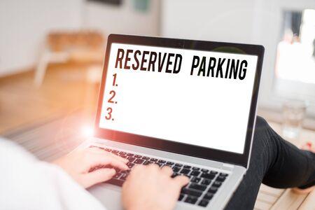 Konzeptionelle Handschrift zeigt reservierte Parkplätze. Konzept bedeutet Parkplätze, die für bestimmte Personen reserviert sind
