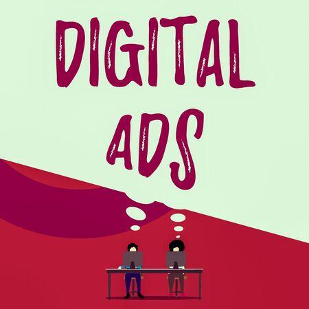 Handschriftlicher Text, der digitale Anzeigen schreibt. Konzeptionelles Foto verwendet das Internet, um Werbe-Marketing-Botschaften zu übermitteln Zwei Männer sitzen hinter dem Schreibtisch, jeder Laptop teilt eine leere Gedankenblase