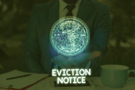 Écrit remarque montrant l'avis d'expulsion. Concept d'entreprise pour un préavis que quelqu'un doit quitter une propriété