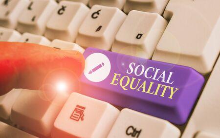 Konzeptionelle Handschrift zeigt soziale Gleichheit. Die Begriffsbedeutung bezieht sich auf Gerechtigkeit und Fairness in der Sozialpolitik