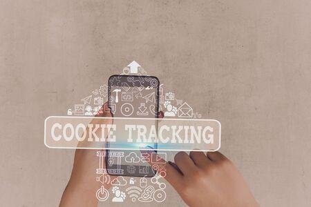 Schreiben Sie eine Notiz, die das Cookie-Tracking zeigt. Geschäftskonzept für Daten, die von der besuchten Website auf dem Computer des Benutzers gespeichert werden Standard-Bild
