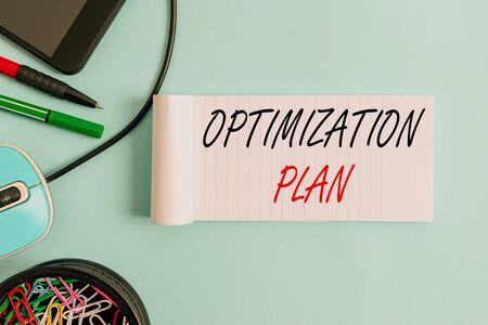 Main conceptuel écrit, indiquant le plan d'optimisation. Sens Concept Trouver une alternative avec le portable le plus rentable et l'arrêt avec des gadgets au-dessus de toile pastel
