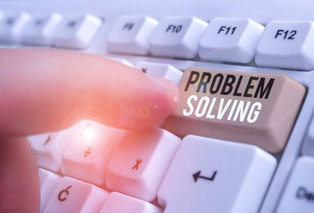 La main conceptuel montrant la résolution de problèmes. Sens Concept pour trouver une réponse ou des moyens de traiter efficacement avec