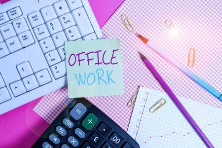 文字书写文字办公工作。展示组织便条纸棍子的展示任何文书或行政工作的职员或行政工作到在桌上的色的礼物包装板上附近的键盘