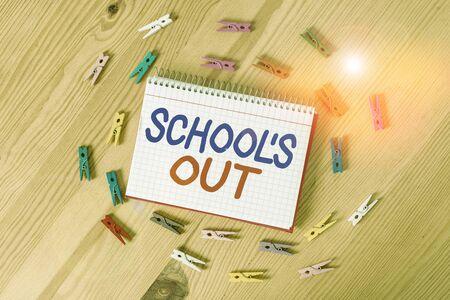 手写文本写作学校S出来了。概念上的照片课程结束了学校日的结束彩色夹子纸空提醒木地板背景办公室