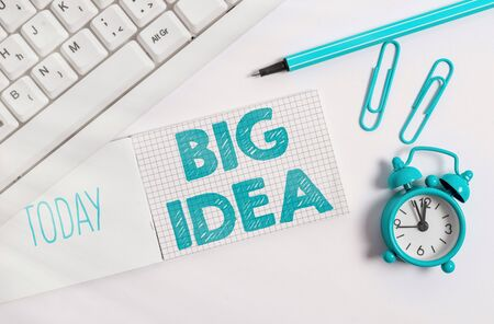 Writing note showing Big Idea. Business concept for Having great creative innovation solution or way of thinking White pc keyboard with paper and paper clip above white background Stockfoto