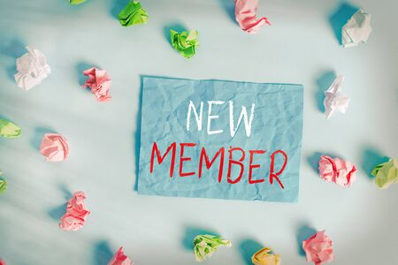 Schreiben Hinweis mit neuem Mitglied. Geschäftskonzept für die Rekrutierung von Mitarbeitern für Unternehmen oder Teams Geburt eines frischen Kindes Farbiges, zerknittertes, rechteckiges Erinnerungspapier hellblauer Hintergrund