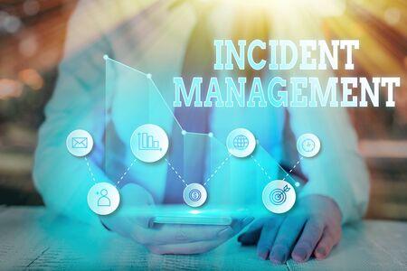 Écrit remarque montrant la gestion des incidents. Concept d'entreprise pour le processus de retour du service aux dangers normaux corrects