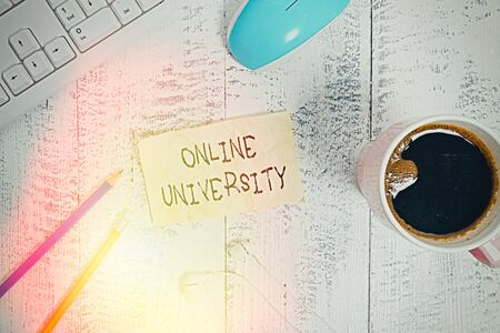 Writing note showing Online University. Business concept for Distance Learning Courses are taken over the internet Technological devices colored reminder paper office supplies 版權商用圖片
