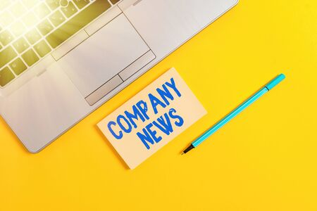 Handwriting text writing Company News. Conceptual photo Latest Information and happening on a business Corporate Report Trendy silver open laptop square sticky notepad marker colored background Banque d'images