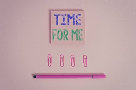 Word writing text Time For Me. Business photo showcasing practice of taking action preserve or improve ones own health Colored blank sticky note clips binders gathered pen trendy cool background Banque d'images