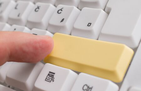 Pc Keyboard Key With Empty Note Paper Above Copy Space Foto de archivo