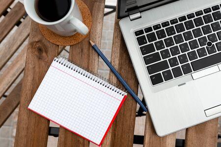 Überblick über den persönlichen Arbeitsplatz mit Laptop-Gerät für individuelles Interesse
