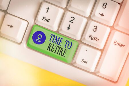 Text sign showing Time To Retire. Business photo text bank savings account, insurance, and pension planning White pc keyboard with empty note paper above white key copy space Banque d'images