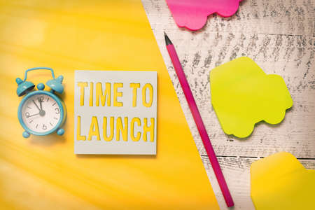Text sign showing Time To Launch. Business photo showcasing Business StartUp, planning and strategy, management, realization Notepad car sticky notes pen paper sheet alarm clock wooden background Imagens