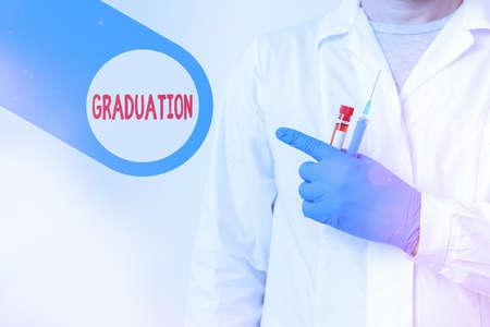 """""""毕业""""字样。商业照片展示授予或接受学位或文凭显示空贴纸纸配件智能手机与医疗手套"""