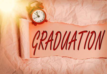 文字写作文字毕业。商业照片展示的奖励或接受学位或文凭卷破纸板放在一个木制的经典桌子背景