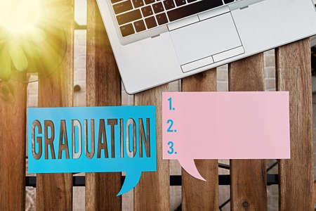 手写文本写作毕业。概念照片学位或文凭纸配件的奖励或接受与数字智能手机在不同的背景下安排的