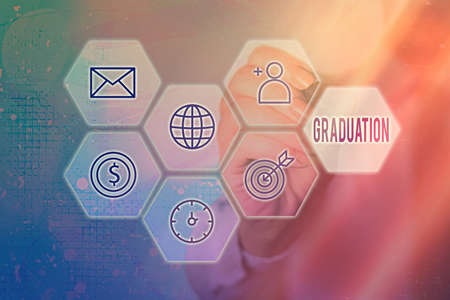 显示毕业的概念性手写。网格和不同图标的最新数字技术概念