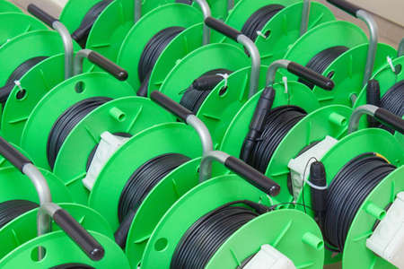 Gruppe von grünen Kabeltrommeln für neue LWL-Installation