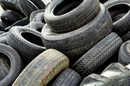 Stapel alter Reifen für Gummi-Recycling Standard-Bild - 13861240