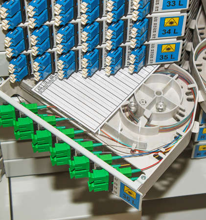 緑と青の SC コネクタ付き光ファイバー ケーブル管理システム 写真素材