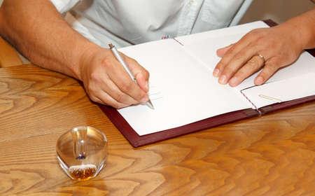 zeugnis: Zeuge Unterzeichnung Heiratsurkunde oder Hochzeit Vertrag Hochzeitsbuch