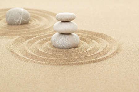 bouddhisme: Balance des trois pierres zen dans le sable avec shallow focus