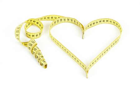 白い背景に分離した心臓を形成測定テープ
