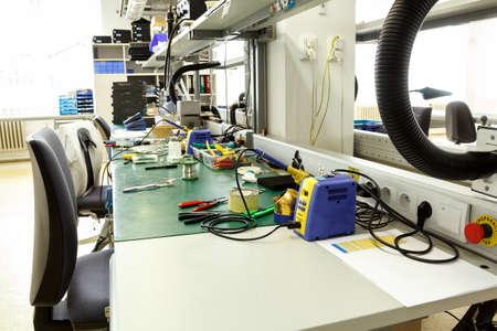 電子機器組立職場ペンチと必要なツール 写真素材 - 25772577