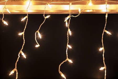 暗い背景に対して屋根の上のホワイト クリスマス ライト 写真素材