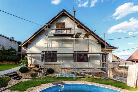 Bouw of reparatie van de landelijke huis, de vaststelling van de gevel, isolatie en het gebruik van kleur Stockfoto