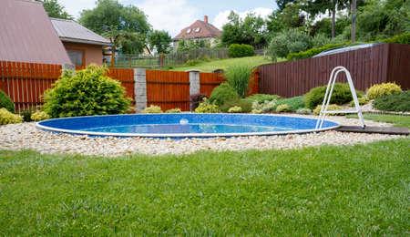 晴れた日の田舎の庭で小さな家のプール