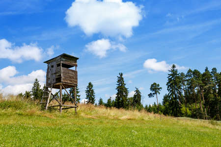 Wooden Hunters High Seat in rural Landscape, Czech Republic Scenery  Banco de Imagens