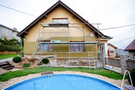 建設や修理は農村の家は、ファサードは、断熱材を固定して色を使用して