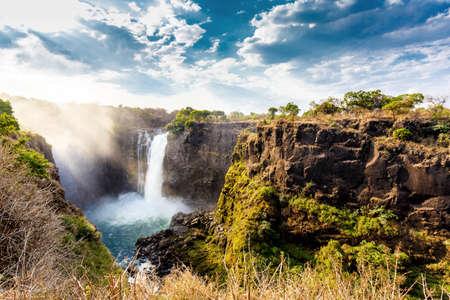 zimbabwe: The Victoria Falls es la mayor cortina de agua en el mundo (1708 metros de ancho). Las caídas y sus alrededores es el Nacional Parks- Zambia, Zimbabwe Foto de archivo