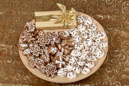 spicecake: peque�as tartas caseras de Navidad de cerca con regalo de color amarillo Foto de archivo
