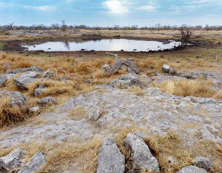 pozo de agua: Pozo de agua vac�o en la reserva de caza de Namibia, Etosha, nacional, parque, Ombika, Kunene, Namibia