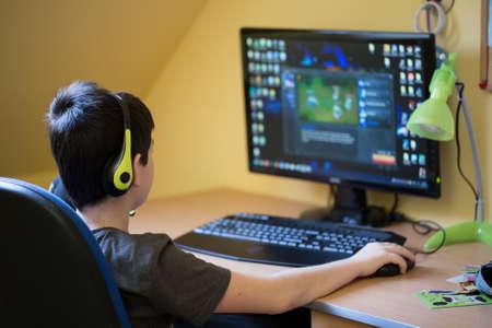 niños estudiando: Adolescente que usa el ordenador en casa con auriculares, jugar juegos en su cuarto hijo