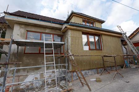Bouw of reparatie van de landelijke huis, de vaststelling van gevel, isolatie en het gebruik van kleur voor de nieuwe look