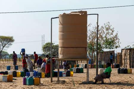 bomba de agua: NAMIBIA, Kavango, 15 de octubre: mujer no identificada de Namibia con el niño cerca del tanque pública con el consumo de la región water.Kavango. 15 de octubre 2014, Namibia