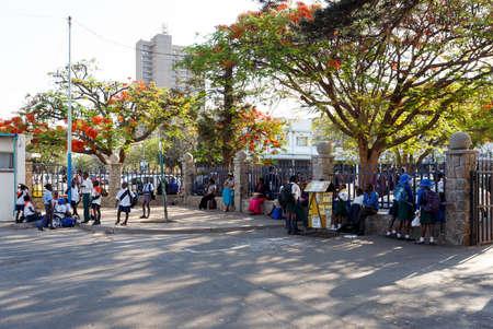 zimbabue: ZIMBABWE, BULAWAYO 27 de octubre: los estudiantes africanos detr�s de la escuela en Bulawayo, la segunda ciudad m�s grande de Zimbabwe, 27 de Octubre de 2014, Zimbabwe