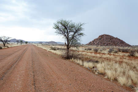 paisaje lunar: interminable carretera en fantrastic Namibia paisaje lunar paisaje, regi�n Hardap