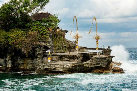 templo: Templo Lot famoso Tanah en el mar en la isla de Bali en Indonesia con el cielo azul y las olas